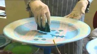 Tain Pottery : Decorating the pottery - hand painting a plate