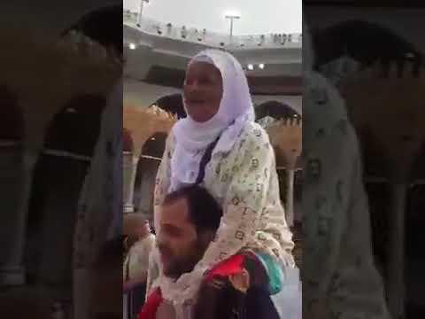 فيديو مؤثر..شاب يحمل والدته على كتفيه ويطوف بها حول الكعبة!