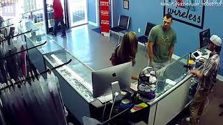 Konstantno je zurio u stražnjicu djevojke u prodavnici mobitela. Čekajte da vidite reakciju NJENOG MOMKA! (VIDEO)