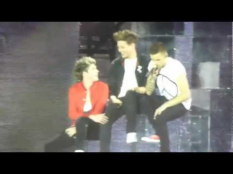 Baixar One Direction sing about Louis' knee (More than this)