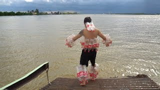 NTN - 4K Áo Phao 100 Chai Coca (Jumping down to the lake with 100 coke bottles life jacket)
