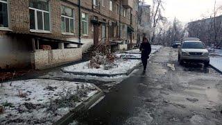 Коммунальщики продолжают борьбу с обледенением на городских улицах.