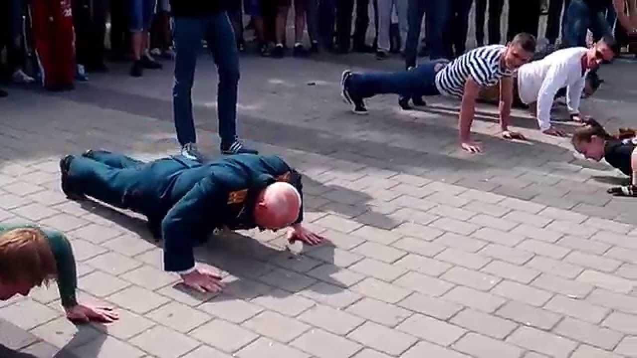Un vétéran Russe de 77 ans participe à un concours de pompes