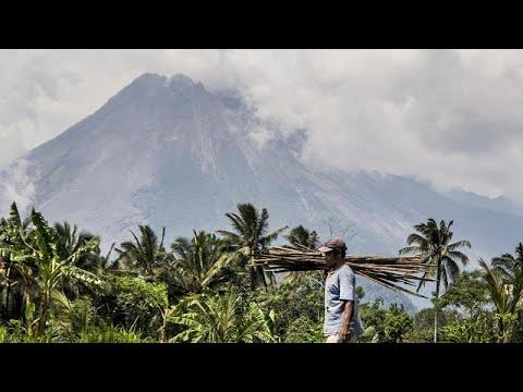 ثوران بركان لوتولو في إندونيسيا