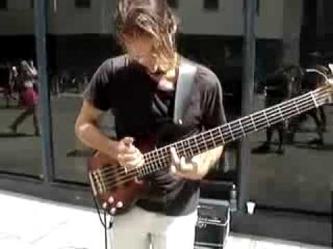 El mejor bajista del mundo toca por amor en la calle.avi