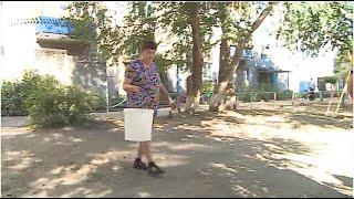 Жители многоэтажек в поселке Новоомский с начала лета без воды