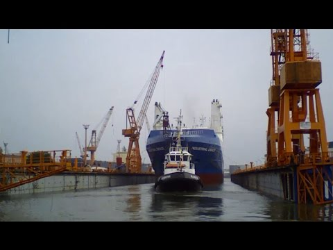 "Dockung MS ""Industrial Grace"" in Bremerhaven"