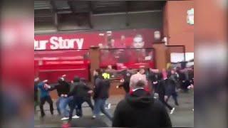 Gb, il momento in cui gli ultrà romanisti aggrediscono un tifoso del Liverpool