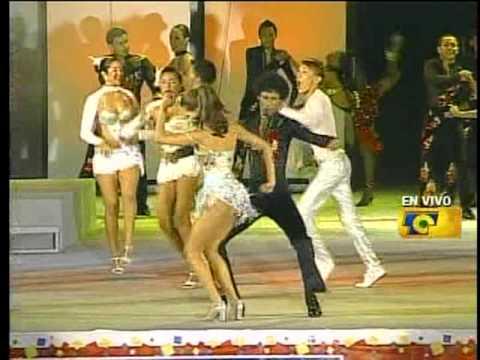 bailando salsa coronación de la reina del carnaval de Barranquilla 2010