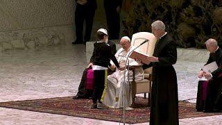 فتى يحاول الحصول على قلنسوة البابا فرنسيس والبابا يضحك