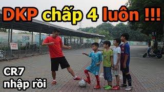 Thử Thách Bóng Đá DKP hóa Cristiano Ronaldo 1 chấp 4 cầu thủ nhí Việt Nam