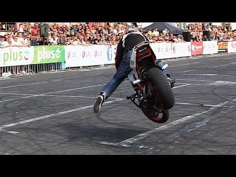 Campeão mundial em 2013 de acrobacias sobre 2 rodas. Veja o que esse cara consegue fazer com sua moto, é sensacional.