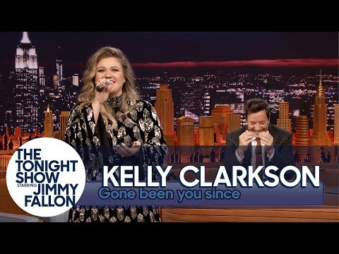 Kelly Clarkson Sings