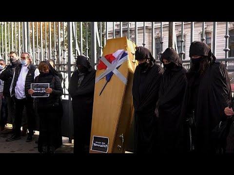 «Déjanos trabajar»: Los comercios franceses protestan contra el cierre en Lyon.