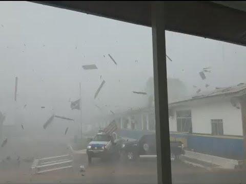 Vendaval com forte chuva e causa estragos em Ariquemes na tarde desta segunda-feira (28/08)