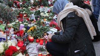 Berlinli Türkler Paris için çiçek bıraktı