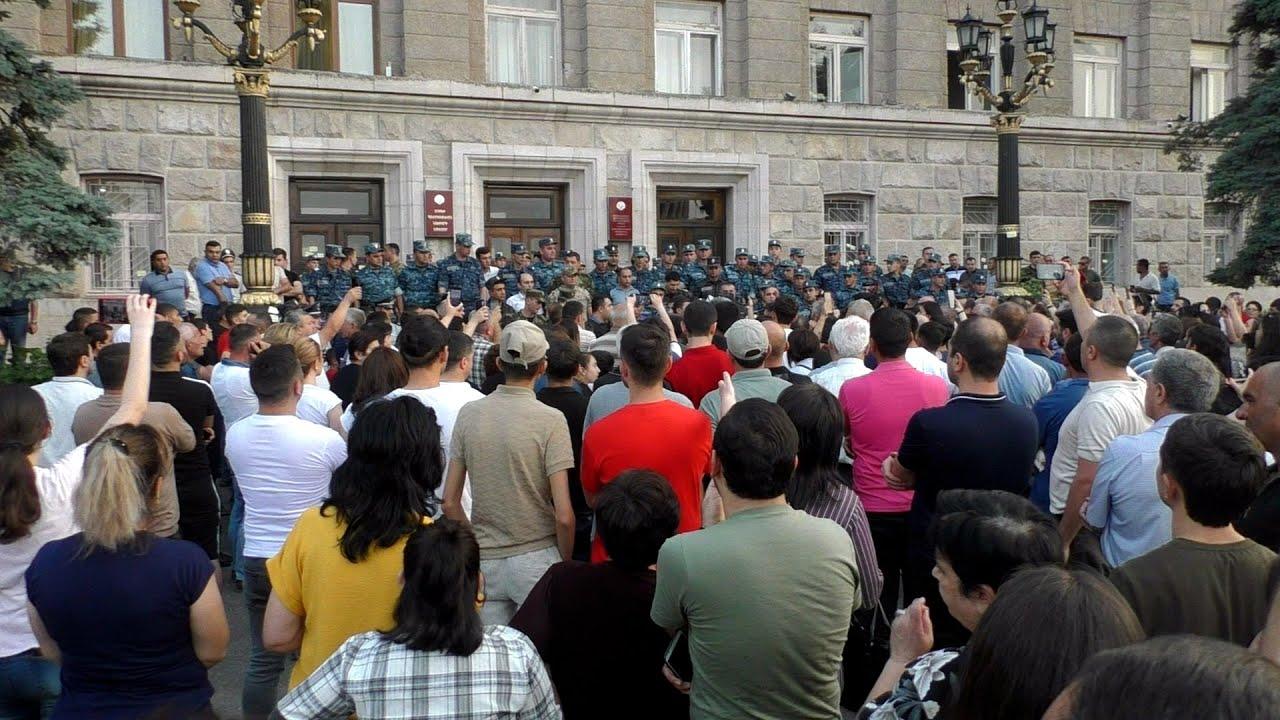 Участники митинга в Степанакерте потребовали отставки президента