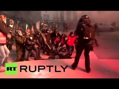 Horrific video: Rioters beat up police officers in Kiev