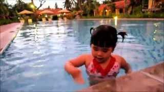"""Bảo Châu vừa bơi vừa hát """"Cá vàng bơi trong bể nước...."""" @ Phú Quốc"""