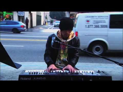 Jay Chou 周杰倫在美國街頭大秀琴技展歌喉