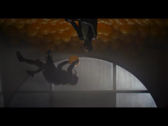La vie ne tient (pas) qu'à un fil dans le clip «Si je craque» de Jason Bajada