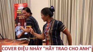 """Cười xỉu hai chị dân tộc cover điệu nhảy """"Hãy trao cho anh"""" của Sơn Tùng MTP!!!"""