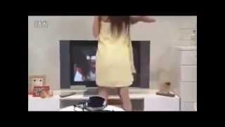 Cô gái cởi quần áo trước màn hình - Chảy máu mũi