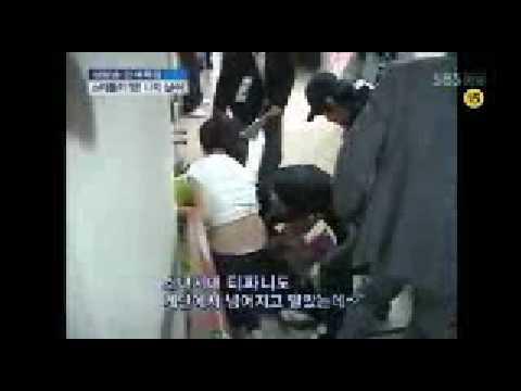 090227 SNSD Tiffany falling down the stairs   45th BaekSang Awards