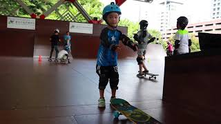 6 year old learns to skateboard (2018-8-18) - pick up