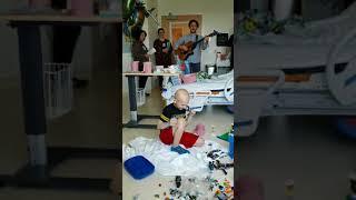 Man sings to sick boy in hospital