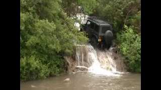 Sjeo je u džip i pokušao se njime popeti uz vodopad! OVAKO NEŠTO JOŠ NISTE VIDJELI (VIDEO)