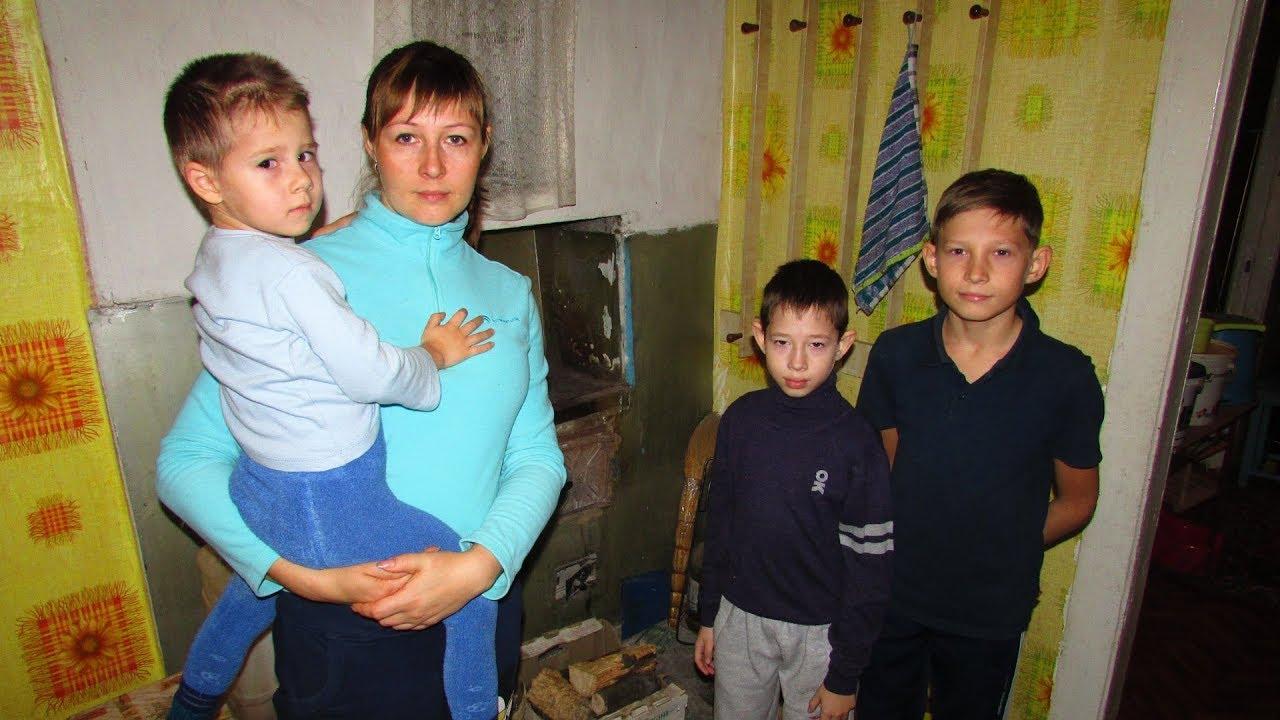 Многодетная семья зимует в аварийном доме