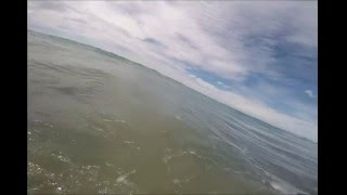 Snimao je svoju ćerku dok se kupala u moru, a onda je primetio nešto UZNEMIRUJUĆE (VIDEO)