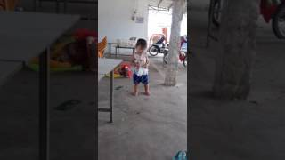 Bé gái hai tuổi nhảy lắc mông