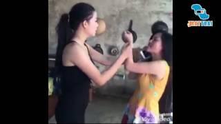 Sốc vợ đến tận nhà bồ đánh ghen với chiếc kéo trên tay