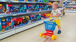 नन्हा क्रिस खिलौनों के साथ खेलने का नाटक करता है - छोटे भाई के साथ बेहतरीन वीडियो