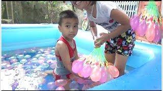 Bé Tắm Cùng Bóng Bay Nước Trong Chiếc Phao Bơi Khổng Lồ*_*Baby channel.