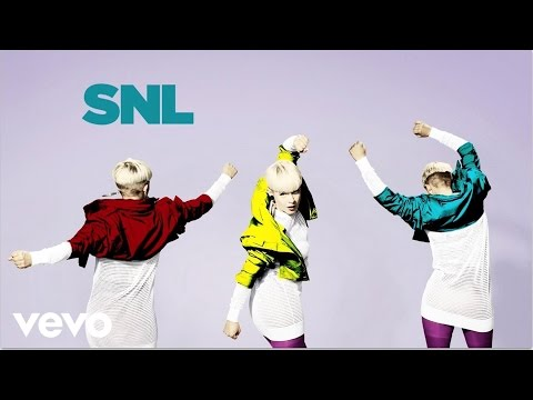 Robyn - Dancing On My Own (Live on SNL)