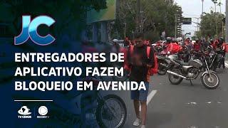 Entregadores de aplicativo fazem bloqueio em avenida de Fortaleza