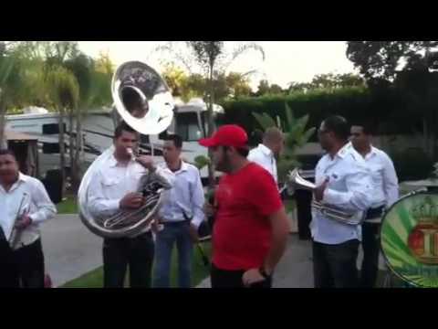 Gerardo Ortiz canta en vivo con la Banda Imperio en su cumpleaños