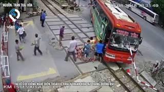 Tài xế cúi xuống nghe điện thoại, xe khách Thanh Hóa lao thẳng đường ray:
