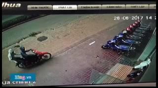 Nhóm người lạ 'khủng bố' cửa hàng xe máy bằng mắm tôm và nhớt thải