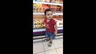 bé Bơ con dv Lý Thanh Thảo đi siêu thị cùng bố mẹ