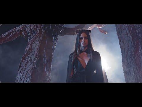 """Лара Иванова како Алиса во Земјата на чудата во новиот видео запис - слушнете ја """"За нас"""""""