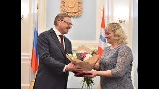 Александр Бурков поздравил женщин с присвоением высоких наград