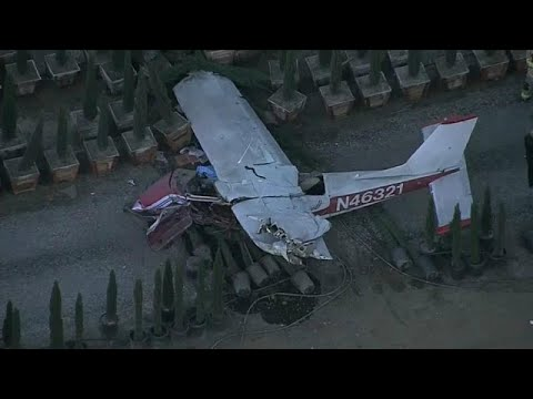 بالفيديو: تحطم طائرة صغيرة بعد أن أخطأ الطيار الهبوط في مدرج المطار…