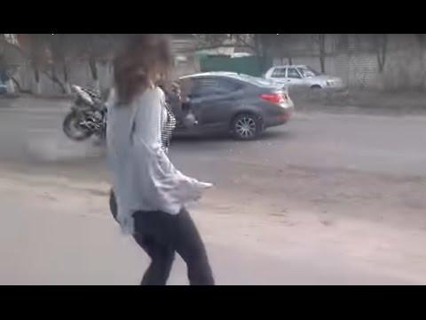 بالفيديو: فتاة روسية تتسبب في حادث خطير بسبب رقصها المثير
