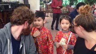 2 bé người Việt bắn tiếng anh như gió.