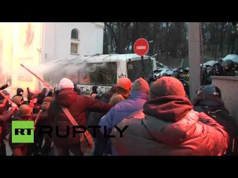 В Киеве протестующие атаковали сотрудников правоохранительных органов