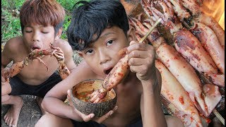 Primitive Technology - Yummy cooking squid on a rock - eating delicious